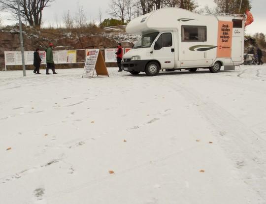Lumi on maassa Viikin Prisman pihalla.